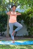 Ståenden av flickan som gör trädet, poserar yoga Fotografering för Bildbyråer