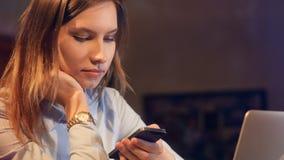 Ståenden av flickan som ser i telefonen glidare 4K arkivfilmer