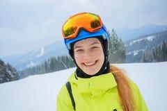 Ståenden av flickasnowboarderen tycker om vintern skidar semesterorten royaltyfri fotografi