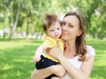 Ståenden av fostrar innehav som hon behandla som ett barn lite arkivfoton