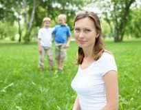 Ståenden av fostrar med två sons på bakgrunden Fotografering för Bildbyråer