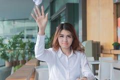 Ståenden av frustrerat stressat ungt asiatiskt kasta för affärskvinna skrynklar ark av papper på skrivbordet i regeringsställning arkivfoto