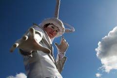 Ståenden av gataskådespelaren med horn på styltor på `en för festival`-inspiration i VDNH parkerar i Moskva Fotografering för Bildbyråer