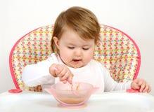 Ståenden av gulligt behandla som ett barn att äta Royaltyfri Bild