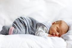 Ståenden av gulligt förtjusande nyfött behandla som ett barn att sova för flicka Arkivbilder