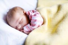 Ståenden av gulligt förtjusande nyfött behandla som ett barn att sova för flicka Arkivfoton
