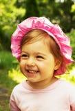 Ståenden av gulligt litet behandla som ett barn att skratta för flicka Fotografering för Bildbyråer