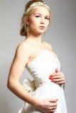 Ståenden av härlig blondiekvinnagrek utformade isolerat på gra royaltyfri bild