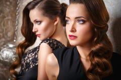 Ståenden av härligt kopplar samman unga kvinnor i ursnygga aftonklänningar Royaltyfri Foto