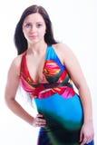 Attraktiv ung kvinna i färgrik sommarklänning Arkivfoton