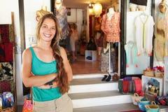 Ståenden av kvinnliga kläder shoppar ägaren Arkivbilder