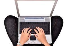 Ståenden av kvinnlign räcker genom att använda bärbara datorn som isoleras på vit Royaltyfria Foton