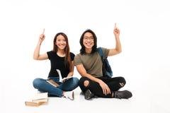 Ståenden av le gladlynta asiatiska studenter kopplar ihop Arkivfoton