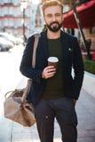 Ståenden av le uppsökte mannen som dricker kaffe Arkivbilder