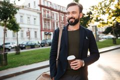 Ståenden av le uppsökte mannen som dricker kaffe Royaltyfria Bilder