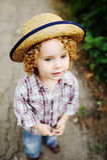 Ståenden av lockigt rödhårigt behandla som ett barn i en hatt Royaltyfri Foto