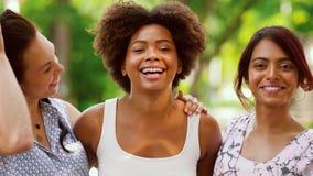 Ståenden av lyckliga kvinnor eller vänner på sommar parkerar arkivfilmer