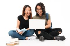 Ståenden av lyckliga le asiatiska studenter kopplar ihop Arkivfoto