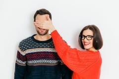 Ståenden av lyckliga räkningsögon till hennes make, förbereder överraskning fotografering för bildbyråer
