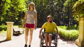 Ståenden av lyckligt barn inaktiverar mannen på en gå i parkera stock video