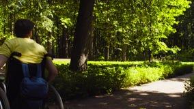Ståenden av lyckligt barn inaktiverar mannen på en gå i parkera arkivfilmer