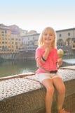 Ståenden av lyckligt behandla som ett barn flickan som äter glass nära pontevecchio Royaltyfria Bilder