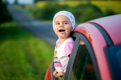 Ståenden av lyckligt klibba för barnflicka som är deras, head ut bilsegern arkivfoton