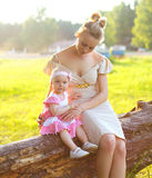 Ståenden av modern och behandla som ett barn att gå på naturen Royaltyfri Bild