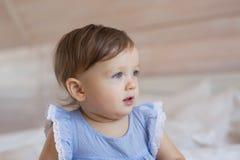 Ståenden av nätt litet behandla som ett barn flickablickar för att sid hemma Fotografering för Bildbyråer
