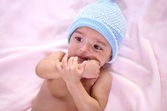 Ståenden av nyfött behandla som ett barn att få tänder och suger reflex royaltyfria bilder