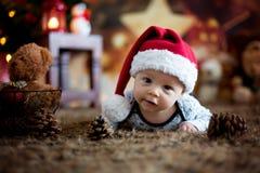 Ståenden av nyfött behandla som ett barn i jultomten som kläder in behandla som ett barn lite säng Arkivbild