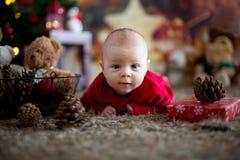 Ståenden av nyfött behandla som ett barn i jultomten som kläder in behandla som ett barn lite säng Royaltyfria Bilder