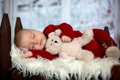 Ståenden av nyfött behandla som ett barn i jultomten som kläder in behandla som ett barn lite säng Arkivbilder