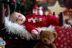Ståenden av nyfött behandla som ett barn i jultomten som kläder in behandla som ett barn lite säng Arkivfoto