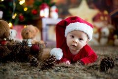Ståenden av nyfött behandla som ett barn i jultomten som kläder in behandla som ett barn lite säng Royaltyfri Fotografi