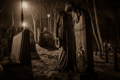 Ståenden av paren - stena monumentet på kyrkogården Royaltyfri Foto