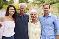 Ståenden av pensionärföräldrar med vuxna barn går på parkerar in royaltyfri foto