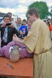 Ståenden av reenactoren, utför han en medicinsk doktor som gör en kirurgi Royaltyfria Bilder