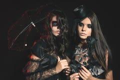 Ståenden av sexiga kvinnor med gotisk makeupsmokey synar Arkivfoton
