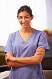Ståenden av sjuksköterskan In Hospital Wearing skurar royaltyfri foto