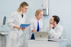 Ståenden av smarta barndoktorer arbetar i ett sjukhus royaltyfria foton