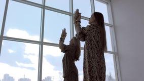 Ståenden av spensliga yogakvinnor som öva yoga, poserar tillsammans stock video