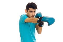 Ståenden av starka brunettsportar man den praktiserande asken i blåa handskar som isoleras på vit bakgrund Arkivfoton