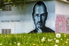 Ståenden av Steve Jobs gjorde i väggen av en byggnad Royaltyfri Foto