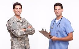 Ståenden av stiligt barn tjäna som soldat och att posera för sjukskötare Arkivfoton