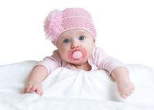 Ståenden av tre månader gammalt förtjusande behandla som ett barn flickan som bär den rosa hatten arkivbild