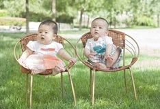 Ståenden av twinborn behandla som ett barn Arkivfoton