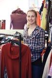Ståenden av volontären som arbetar i välgörenhet, shoppar Arkivfoto