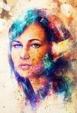 Ståenden för den unga kvinnan, med långt mörkt hår och det blåa ögat, färgmålning och fläckar strukturerar, abstrakt bakgrund Royaltyfri Foto