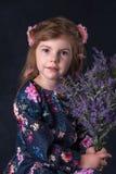 Ståenden för flicka` s med blommor Arkivbild